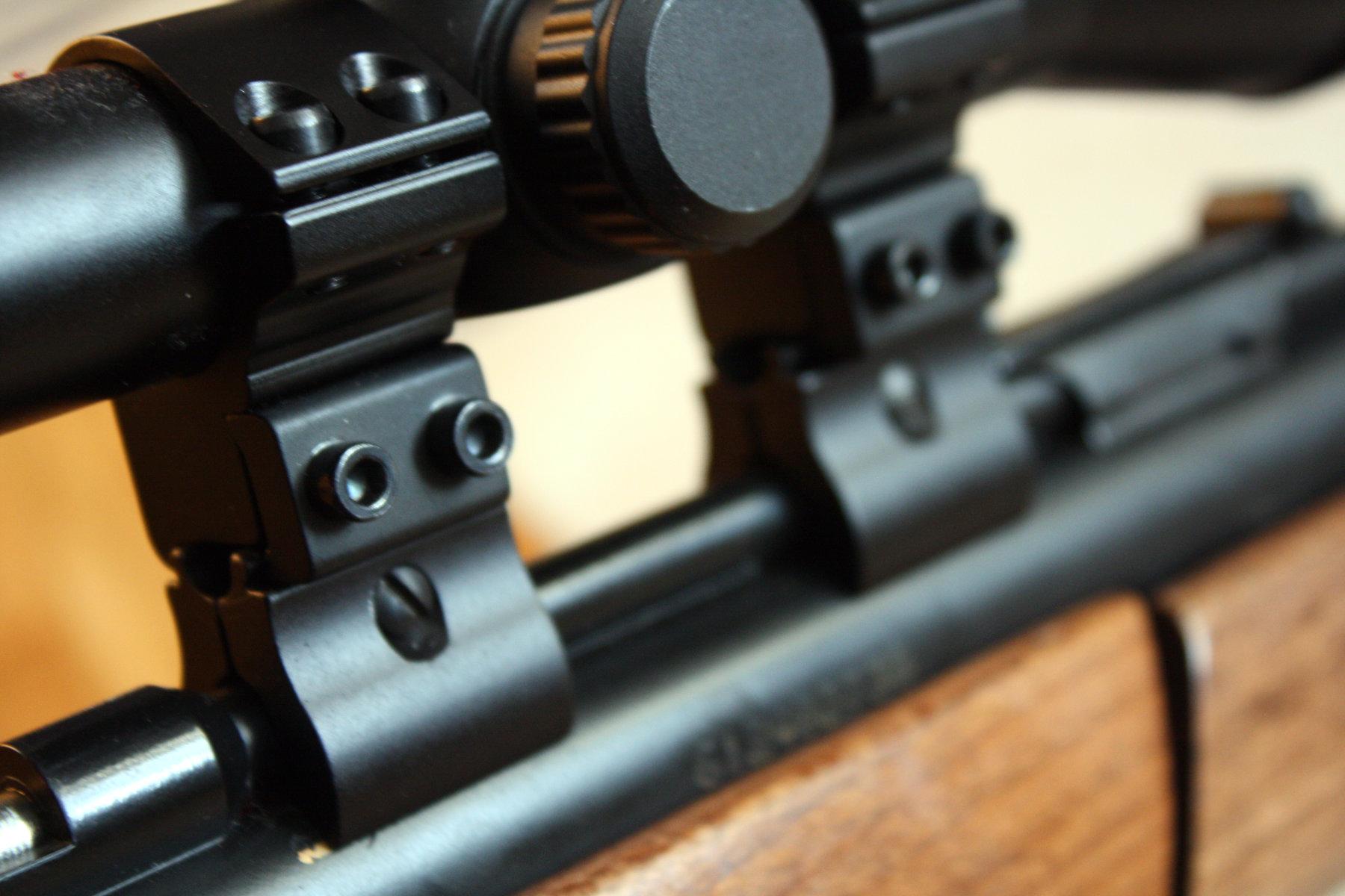 Tady vidíte upevnění puškohledu.